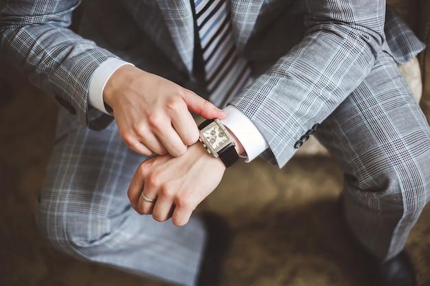 Empresário, olhando para a pontualidade do relógio