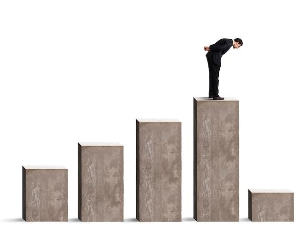 Empresário olhando para baixo o desempenho das estatísticas drasticamente