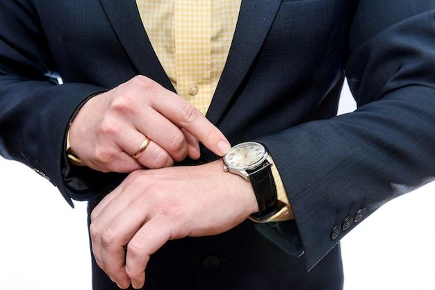 Empresário olhando para o relógio na mão isolada