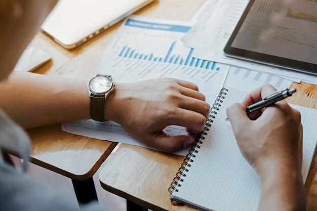 Empresário, olhando para o relógio na mão