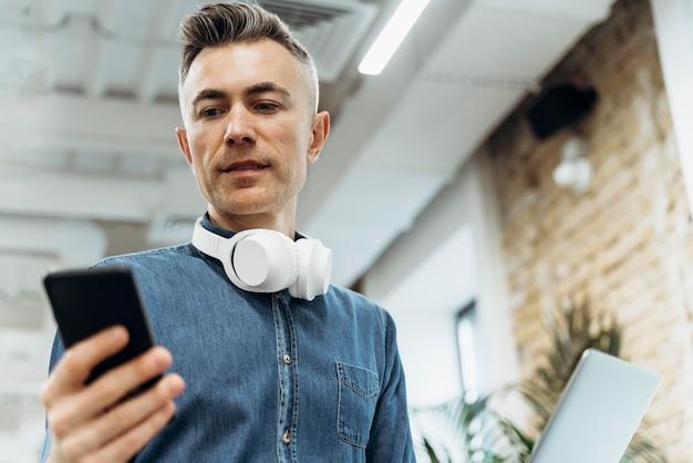 Empresário olhando para o telefone