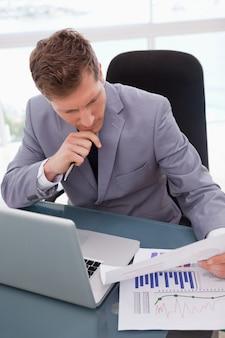 Empresário, olhando para os resultados da pesquisa de mercado