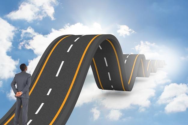Empresário olhando para uma estrada ondulada