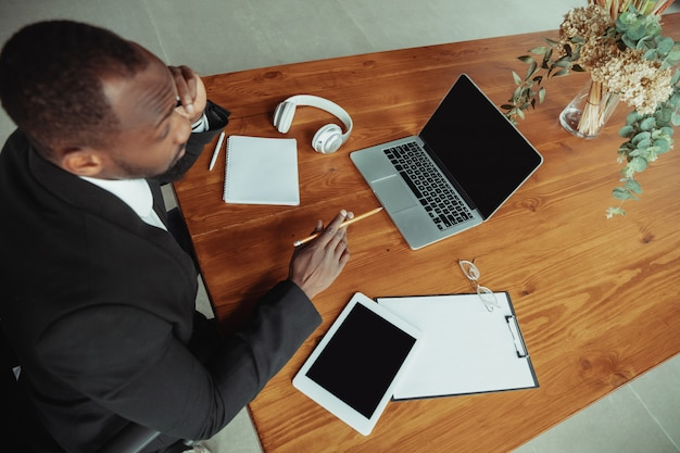 Empresário ou estudante que trabalha em casa enquanto está isolado ou mantém a quarentena de coronavírus covid-19