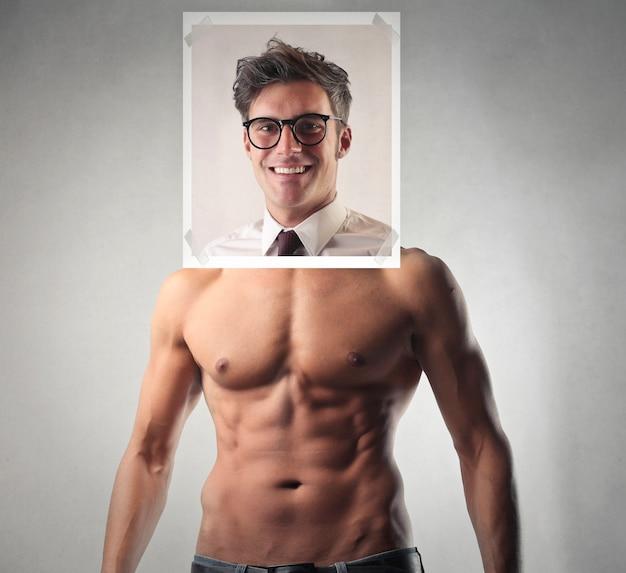 Empresário ou homem de esporte musculoso