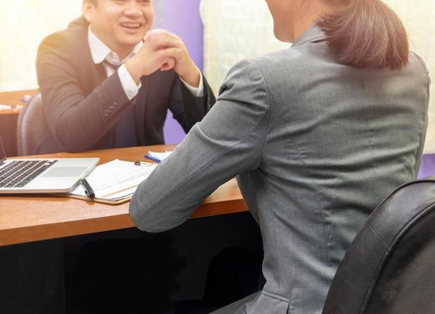 Empresário ouvindo falar de parceiro de negócios