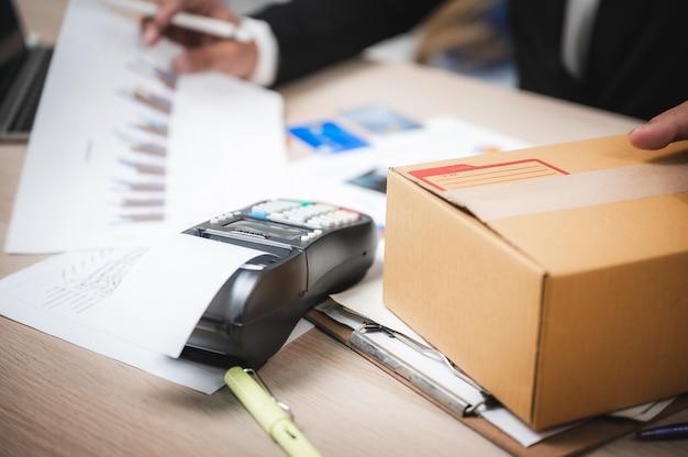 Empresário, pagando com cartão de crédito com uma máquina de leitor de cartão de crédito, e-banking e conceito de marketing de negócios on-line