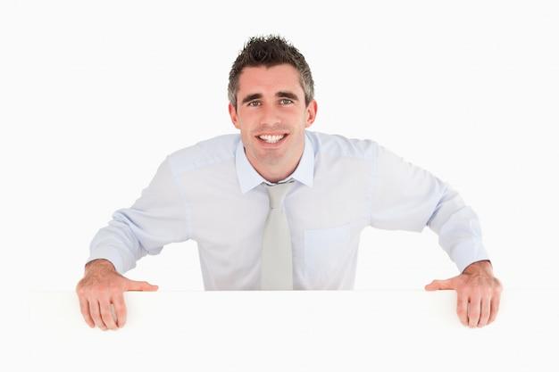 Empresário parado atrás de um espaço de cópia