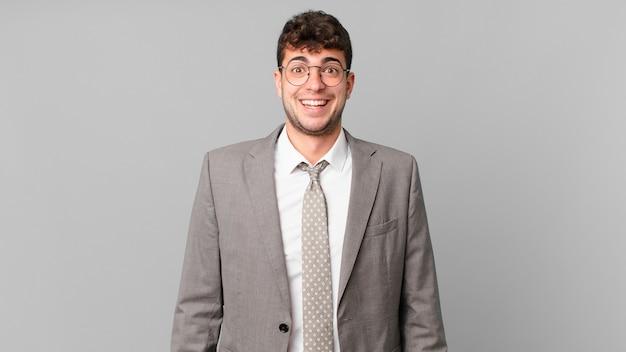 Empresário parecendo feliz e agradavelmente surpreso, animado com uma expressão de fascínio e choque