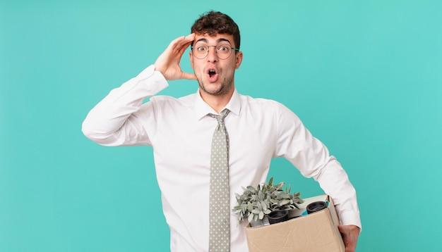 Empresário parecendo feliz, espantado e surpreso, sorrindo e percebendo uma boa notícia incrível. conceito de demissão