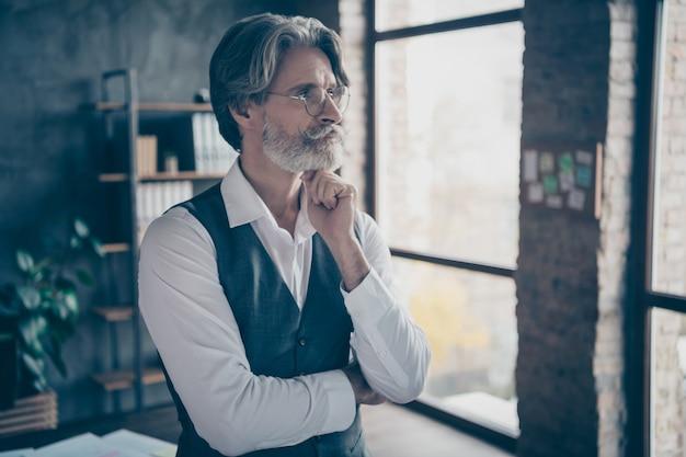 Empresário pensando em uma estação de trabalho de escritório moderna