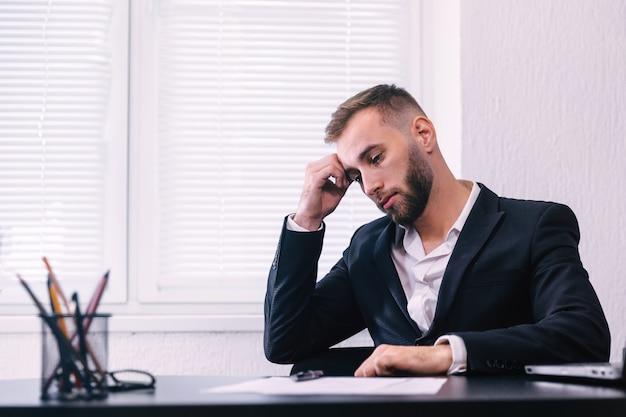 Empresário pensando preocupado em resolver o problema de negócios, trabalhando no escritório, gerente perplexo. empresário parece preocupado com os resultados da última reunião com investidores