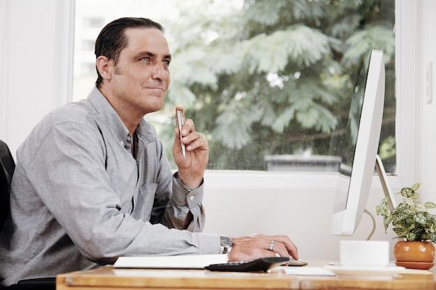 Empresário pensativo na mesa de escritório