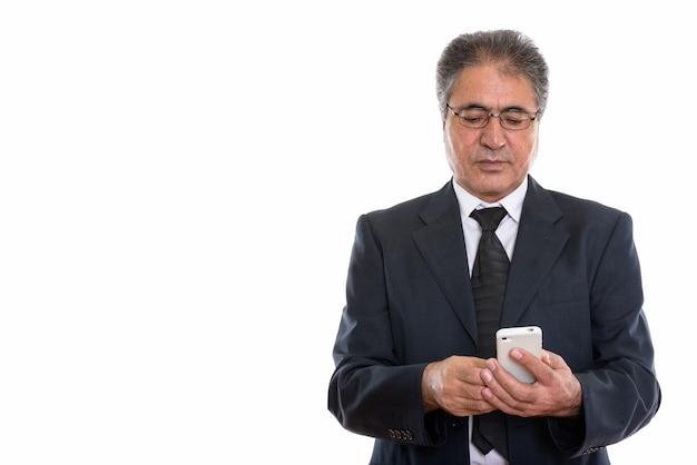 Empresário persa sênior usando telefone celular