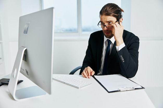 Empresário perto do executivo de computador desktop
