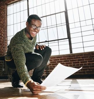 Empresário planejando uma estratégia de marketing em um piso de madeira