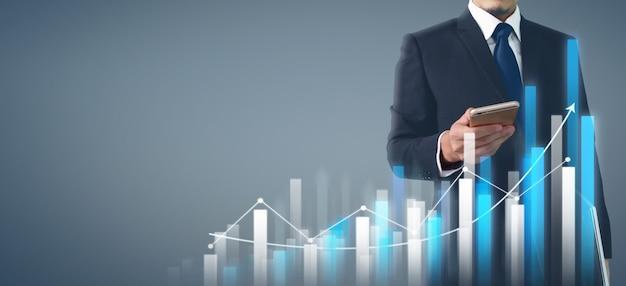 Empresário plano gráfico crescimento e aumento de telefone comercial gráfico na mão