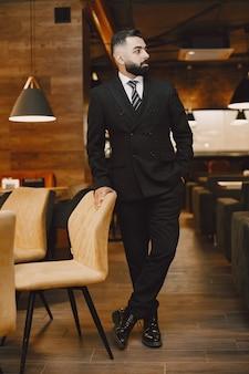 Empresário posando em um café