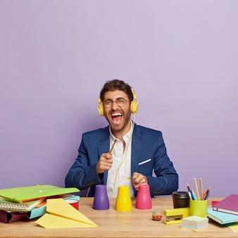 Empresário positivo sentado na mesa do escritório