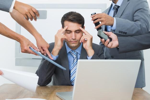 Empresário preocupado com a cabeça nas mãos