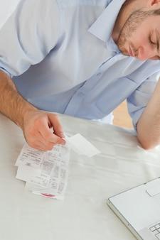 Empresário preocupado com faturas