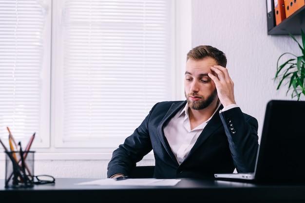 Empresário preocupado em estar preocupado no escritório. homem de negócios pensativo e duvidoso em pensamento tenso toma decisões difíceis no trabalho,