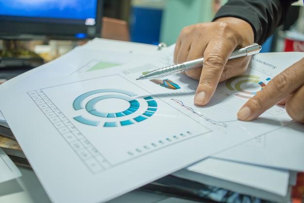 Empresário preparando relatórios de documentos com gráficos