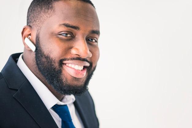 Empresário preto alegre com fone de ouvido