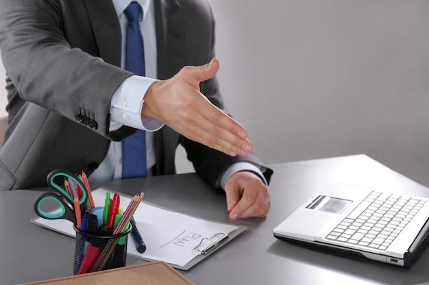 Empresário pronto para apertar a mão no escritório