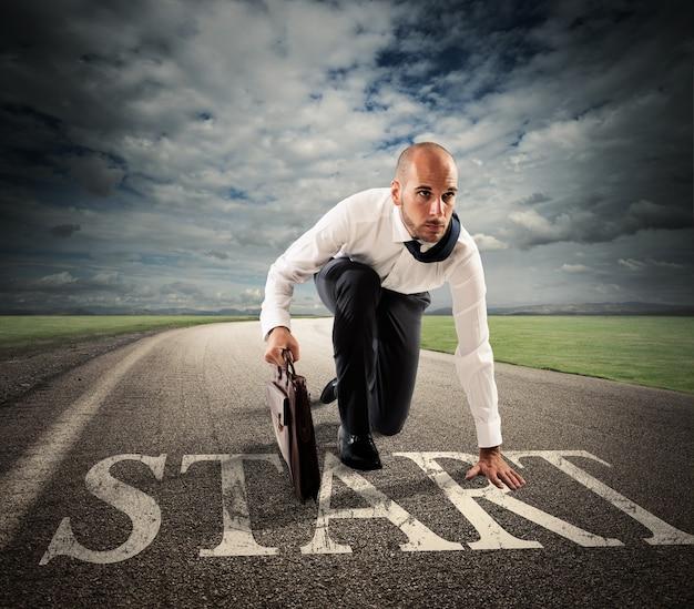 Empresário pronto para correr em estrada de asfalto
