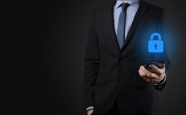 Empresário protegendo dados de informações pessoais na interface virtual
