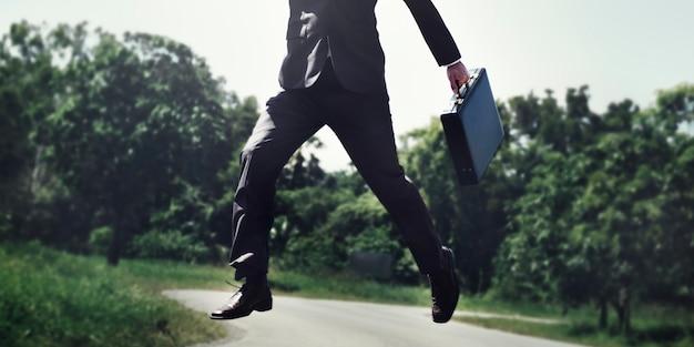 Empresário pula no parque