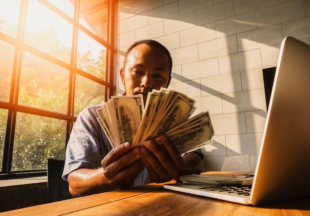Empresário que aprecia e acolhe seus lucros duplos