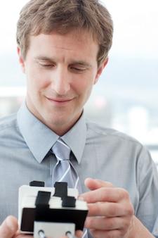 Empresário que consulta um titular de cartão de visita