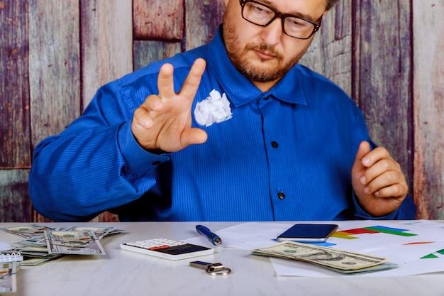 Empresário quebra um documento em seu escritório