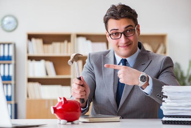 Empresário quebrando piggybank no escritório