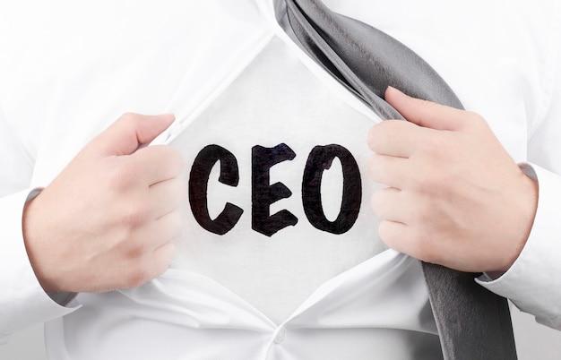 Empresário rasgando a camisa com texto ceo