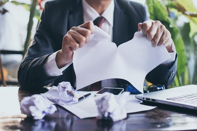 Empresário rasgando o contrato