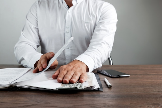 Empresário recebe dolores dos eua em um envelope
