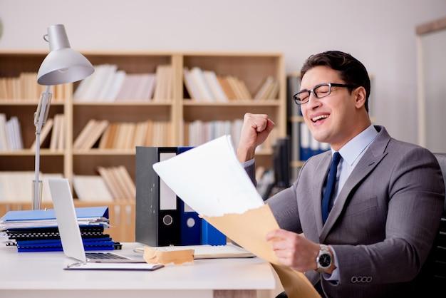 Empresário, recebendo carta envelope no escritório
