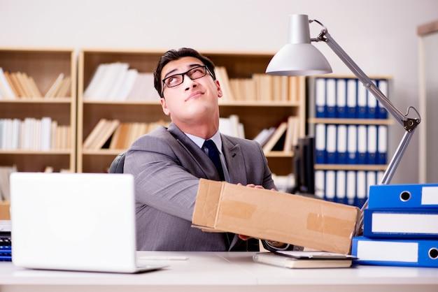 Empresário, recebendo parcela no escritório