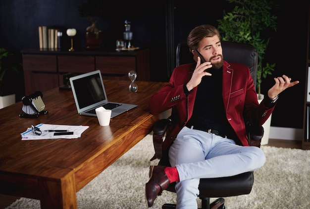 Empresário recebendo uma ligação em seu escritório