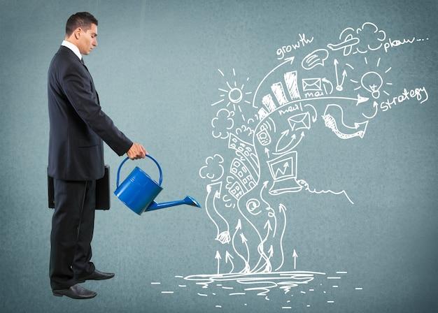 Empresário regando a ideia e a estratégia em segundo plano