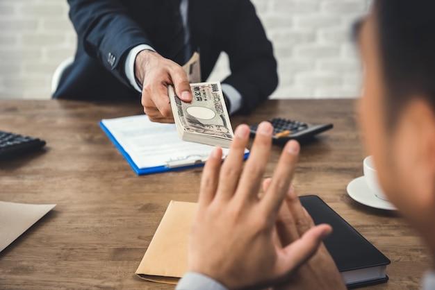 Empresário rejeitando dinheiro, moeda japonesa yen, do seu parceiro