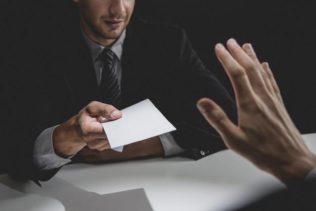 Empresário rejeitar dinheiro em envelope branco oferecido por seu parceiro na sombra