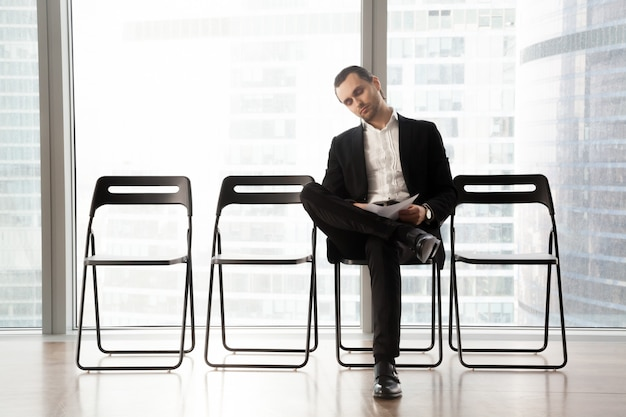 Empresário relaxado esperando por entrevista