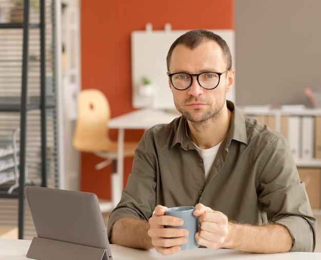 Empresário respeitando medidas de segurança no escritório