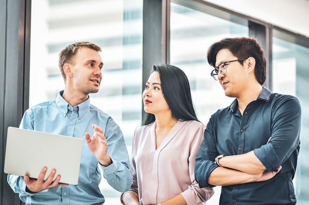 Empresário reunião com equipe de negócios no escritório