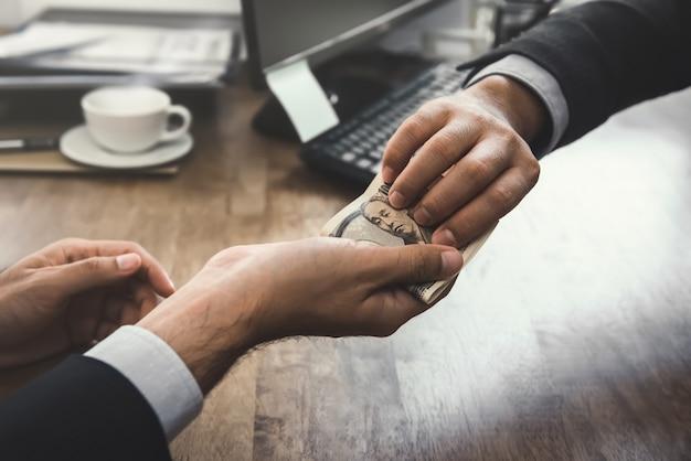 Empresário rico, dando a nota de dinheiro em ienes japoneses para seu parceiro