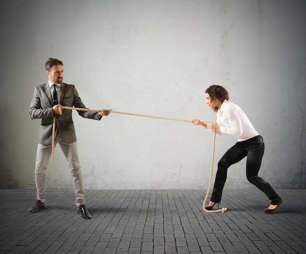 Empresário rival puxando uma corda com força